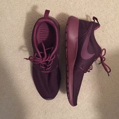 maroon nike roshe's perfect condition! Nike Shoes