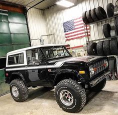 Restore and modified Bronco. Old Ford Bronco, Bronco Truck, Early Bronco, Jeep Truck, Ford Pickup Trucks, Ford 4x4, 4x4 Trucks, Cool Trucks, Classic Bronco
