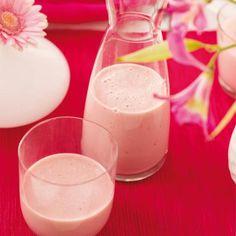 Haal het kroontje van de aardbeien af en schil de bananen. Doe alle ingrediënten in de keukenmachine en draai de smoothie glad. Serveer de drank koud