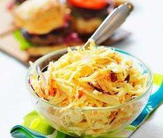 Coleslaw är en krämig vitkålssallad med morot och majonnäs. Servera coleslaw som tillbehör till exempelvis grillat kött, hamburgare eller revbensspjäll.