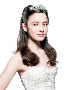 ハーフアップにティアラをオンして、プリンセス花嫁に。Aライン・プリンセスドレスに似合うハーフアップの髪型参考♡