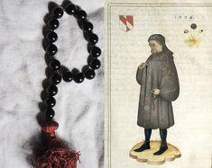 Un luxueux paternoster médiéval (version médiévale du Rosaire) basé sur un éclairage dans un manuscrit médiéval représentant Goeffrey Chaucer, l'auteur de « The Canterbury Tales ». Le portrait de Chaucer tenant ce paternoster est daté de 1402. Un paternoster a été utilisé comme