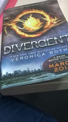 @DaLiloudsd : @VendrediLecture Divergent de Veronica Roth je les relis en anglais avec la sortie du film  #Vendredilecture