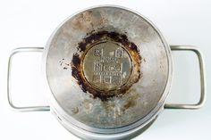 Een aangebrande pan schoonmaken lijkt een rotklus, maar dit recept zijn ze binnen no time weer als nieuw op een veilig, effectieve en goedkope manier!