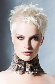 Voici une coiffure très sage et très féminine qui intéressera fortement les femmes aux cheveux particulièrement courts cherchant une coupe bien structurée.