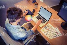 Feliz diseñador trabajando en su computadora portátil foto de stock libre de derechos