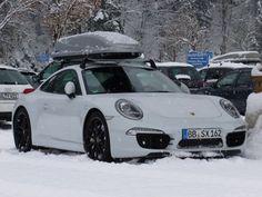 А кто-то до подъемника ездит на Porsche 911, с лыжами на крыше. Настоящий стиль!