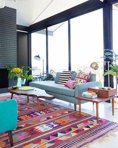Sala Estar | Pop color cheio de personalidade para animar nosso fim de tarde nesta terça.🔹Makeover realizado por Emily Henderson