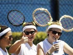 Mit auffälliger Haarpracht sorgt eine Gruppe von weiblichen Tennisfans in Melbourne für Ablenkung. (Foto: Narendra Shrestha/dpa)