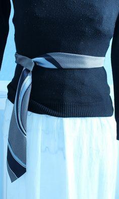 Un look rétro pour un retour dans les années 50!  Cet accessoire 3 en 1 peut servir comme foulard, cravate ou ceinture  selon votre goût. Un accessoire unique confectionné avec une cravate...