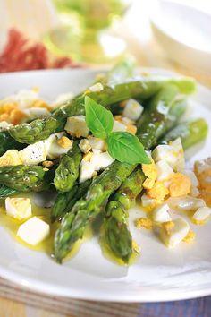 Szparagi z jajkami w sosie maślanym
