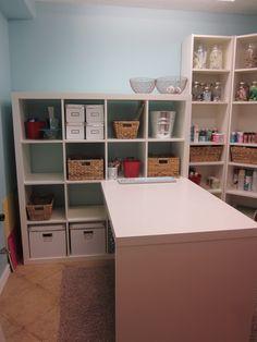 Organized craft room IKEA Billy en coin et Expedit espace en U Sewing Room Organization, Craft Room Storage, Craft Rooms, Organization Skills, Office Organization, Trendy Furniture, Ikea Furniture, Furniture Makeover, Konmari