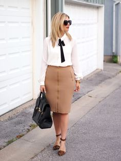 White and Black Bow blouse, Beige skirt, Leopard shoes -Work Outfit Workwear Fashion, Office Fashion, Work Fashion, Modest Fashion, Fashion Outfits, Camel Skirts, Meeting Outfit, Shorts Longs, Full Look