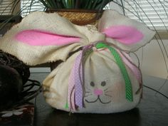 Easter gift bag idea using burlap and a knot Easter Crafts Hoppy Easter, Easter Bunny, Easter Eggs, Bunny Bunny, Holiday Fun, Holiday Crafts, Easter Gift Bags, Bunny Bags, Diy Ostern