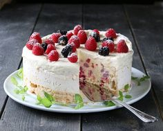 ISKAKE MED MARENGS OG BRINGEBÆR Norwegian Food, Ice Cake, Pudding Desserts, Raspberry Cheesecake, Cake Cookies, Yummy Cakes, Sweet Recipes, Cookie Recipes, Cake Decorating