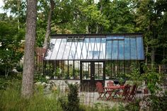 Det brunmålade växthuset som står hemma hos Marika Delin och Calle Forsbergs trädgård.