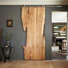 Drzwi przesuwne ONE BOARD wykonane zostały z drewna dębowego i wyglądają jakby były z jednego kawałka deski. Na bokach zn