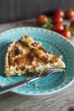 Piirakoiden klassikko, ranskalainen quiche lorraine, on huomattavasti helpompi valmistaa kuin lausua.Perinteisesti suolainen piirakka täytetään kinkulla ja juustolla. Kasvisversiossa on makeaksi paahdettuja kirsikkatomaatteja ja pehmeää vuohenjuustoa.Pohja:100 g kylmää voita2 ½ dl vehnäjauhoja½...