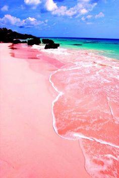Pink Sand Beach, Isla Harbour (Bahamas) Debido a los restos de corales y conchas mezclados con la arena de suave textura, se ha producido un bonito color rosa en esta playa.