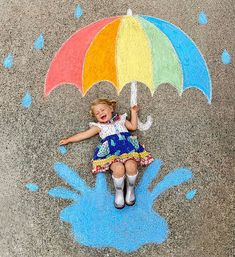 Mom Creates Beautiful Chalk Drawings On Her Driveway, Incorporating Her Daughter Into Each Of Them Pics) Chalk Photography, Chalk Photos, Decoration Photo, Chalk Design, Sidewalk Chalk Art, Chalkboard Art, New Art, Art Drawings, Easy Chalk Drawings