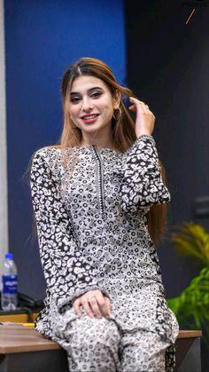 Stylish Kurtis Design, Stylish Dress Designs, Designs For Dresses, Stylish Dresses, Fashion Dresses, Simple Pakistani Dresses, Pakistani Fashion Casual, Pakistani Outfits, Diy Clothes