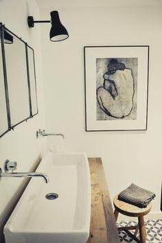 Avec sa vasque d'écolier, son plan en bois et son miroir de barbier, cette salle de bain a un esprit bohème chic comme on les aime! @marquedefabrik.com