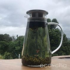 Cold-brewed tea doesn't have as much caffeine as hot-brewed. Perfect for folks who want a refreshing glass of tea without the caffeine buzz! Tea Club, Types Of Tea, Oolong Tea, Brewing Tea, Organic Farming, Loose Leaf Tea, Cold Brew, Drinking Tea, Tea Set