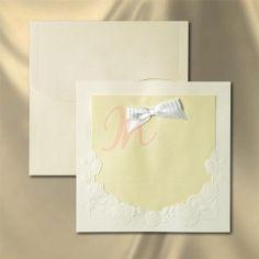 invitatie de nunta, crem, tiparita in relief. Are in partea centrala o hartie crem, sidefata, dubla, in care se tipareste textul invitatiei si pe care se aplica la exterior o funda alba executata manual.  Aceasta invitatie se poate personaliza doar serigrafic. Dimensiuni invitatie: 170 x 170 mm. Plic crem cu clapa: 175 x 175 mm.  #invitatie de #nunta #mirese #miri #invitatii #elegante #originale