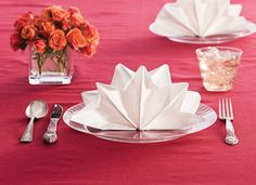 I love napkin folding - easy with cloth - here is a paper tutorial! #napkinfold #serviette #decoration de table sur notre site: http://www.feezia.com/