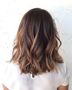 esse é um cabelo estilo long bob, com algumas luzes, boa ideia para se inspirar né?