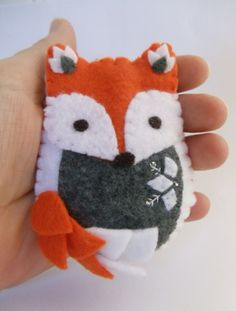 Felt Fox Ornament by BananaBugAndZod on Etsy Fox Crafts, Felt Crafts Diy, Sewing Crafts, Arts And Crafts, Fox Ornaments, Diy Christmas Ornaments, Xmas, Felt Fox, Woodland Decor