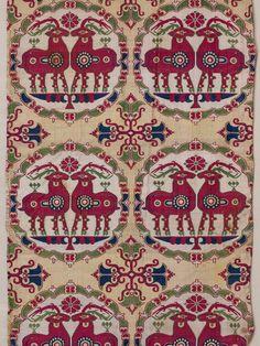 Ausgehend vom spätantiken Persien, hatten sich im mittelalterlichen Zentralasien und in Nordchina technisch und künstlerisch hochstehende Methoden der Metallbearbeitung, Glasherstellung und Seidenweberei entwickelt. Letztere zeichnet sich durch eine ungeheure Farbenpracht sowie durch aufwendig gestaltete Dekore aus. Besonders beliebt scheinen Medaillonmuster mit Tiermotiven gewesen zu sein. Aus diesen Stoffen wurden herrschaftliche Gewänder, Fahnen, aber auch Sattelbezüge …
