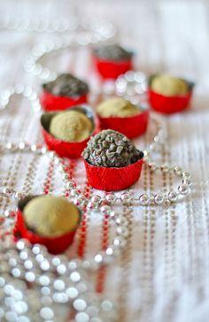 Pieniä ja makeita menee aina jouluna aterioiden välissä - vai mitä? Tässäpä vinkkiä lahjapakettiin tai herkkupöytään salmiakinhimois...