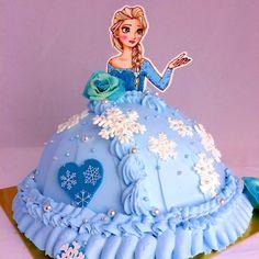 娘のバースデーケーキです。 アナ雪が大好きなのでエルサのドレスケーキを作りました♡ エルサもバラも雪の結晶もすべてチョコで作りました(o^^o) 喜んでくれるといいなぁ♡