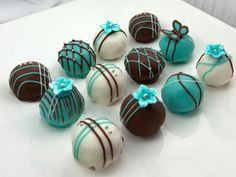 Tiffany blue and black cake pops. Not necessarily like this, but we could put a fancy twist on the cake pops you normally make. Cake Pops, Chocolate Azul, Chocolate Brown, Chocolate Truffles, Chocolate Cake, Chocolate Candies, Chocolate Flowers, Chocolate Covered, Mini Cakes