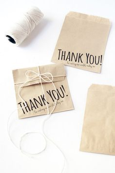 Print on Cute Favor Bags at Home, Easily! ♥ How To Print on Paper Bags Time to Complete: Initial set up - under 15 minutes.) Skill Level: Easy Today we're showing Wedding Favor Bags, Diy Wedding Favors, Wedding Blog, Diy Paper Bag, Paper Crafts, Custom Paper Bags, Boutique Interior, Paper Bag Design, Print On Paper Bags