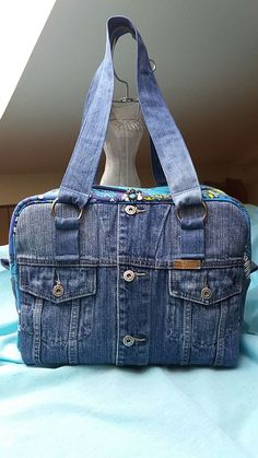 Best 12 Hobo denim bag made from recycled jeans with pockets and l As 12 melhores bolsas de brim Hobo feitas com jeans reciclados com bolsos el Denim Tote Bags, Denim Purse, Denim Bags From Jeans, Blue Jean Purses, Denim Crafts, Patchwork Bags, Diy Jeans, Casual Bags, Handmade Bags