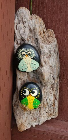 Oiseaux, hiboux peints sur pierres // Hand Painted Stone Birds by RedTruckRelics on Etsy// #cailloux peints #pierres peintes #painted stones #hiboux #oiseaux #owls #birds