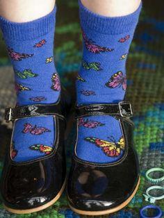 Een schattige blauwe sok met een vliegend vlinder patroon. Kijk even naar je voeten, wiebel je tenen en je wordt er vanzelf vrolijk van.