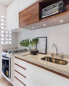 Começando a segunda já apaixonada por essa cozinha linda. Amei a delicadeza do revestimento e do cobogó em louça que deixa a luz entrar.