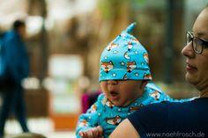Nähfrosch  Baby Knotenmützchen nach Freebook von Klimperklein und Shirt Liam mit amerikanischem Ausschnitt von Sara&Julez jeweils aus Mr.Fuchs Jersey von Cherrypicking. Außerdem 3 Hotel-Hacks für den Urlaub mit Baby!