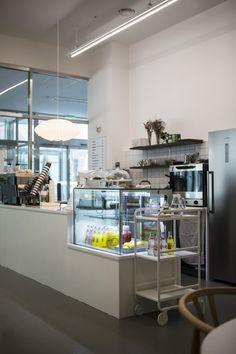 [소형카페 인테리어]미니멀리즘의 정석, 심플함의 정석(카페 어니스트 EARNEST) : 네이버 블로그 Coffee Shop Design, Cafe Design, Coffee Health, Cafe Bar, Decoration, Dining Room, Food Box, Interior, Recovery