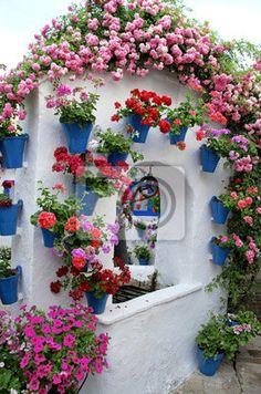 Pozo adornado con flores en Los Patios de Córdoba