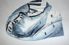 Fular largo blanco y negro. Regalo elegante. Motivos musicales. Piano y notas musicales. Pañuelo seda pintado a mano. Ideas para regalar.