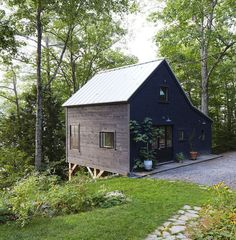 30 Black Houses That Make Us Want to Go to the Dark Side is part of Exterior house materials Care to join us It& very chic over here - Cabins In The Woods, House In The Woods, Black Exterior, Exterior Design, Brick Design, Style At Home, Haus Am See, Dark House, Dark Siding House