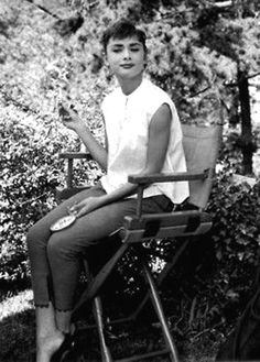 Everything you wanted - needed - to know about Audrey Hepburn. From her films to her personal life, Audrey Hepburn Facts has it all. Katharine Hepburn, Audrey Hepburn Mode, Audrey Hepburn Bangs, Audrey Hepburn Smoking, Audrey Hepburn Fashion, Audrey Hepburn Roman Holiday, Audrey Hepburn Photos, Leighton Meester, Classic Hollywood