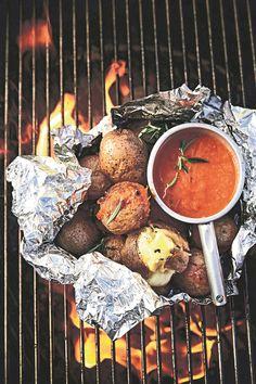 Resep: Vuurgebakte aartappels met rooi salsa | Netwerk24.com