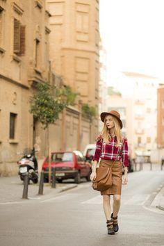 Camisa leñador H&M, pamela color camel y falda efecto piel stradivarius