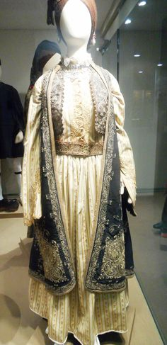 Γιαννιώτικη φορεσιά με το χαρακτηριστικό χρυσοκέντητο πιρπιρί Λαογραφικό Μουσείο Ε.Η.Μ., Ιωάννινα Gold Work, Embroidery Dress, Kaftan, Costumes, Pattern, Inspiration, Wedding, Dresses, Fashion
