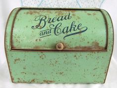 Antique Tin Bread & Cake Rustic Box by VintagePolkaDotcom on Etsy Vintage Bread Boxes, Vintage Tins, Vintage Dishes, Vintage Kitchen, Bread Tin, Bread Cake, How To Store Bread, Cake Carrier, Metal Tins